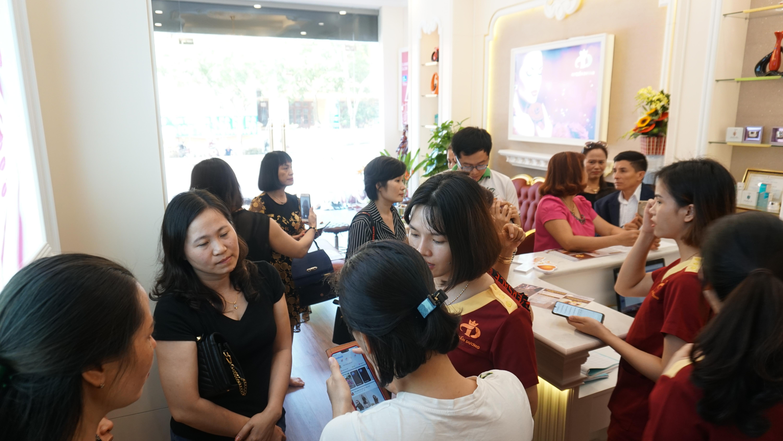 Nhân viên TMV Tuấn Dương thu thập ý kiến và phản hồi của khách hàng